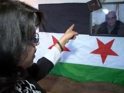 هاله عبدالعزیز به عکس پدرش اشاره میکند.