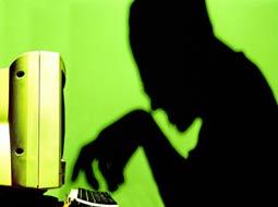 صندوقدار زن، جاعل اینترنتی از آب درآمد