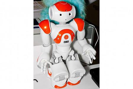 روبوت انساننمای NAO قابلیت یادگیری دارد و بدون دخالت انسان مشکلات خود را حل میکند. این روبوت برای کمک به کودکان اوتیسمی ساخته شده است