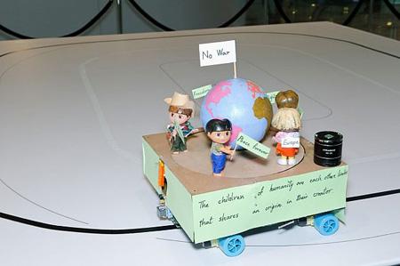 """روبوت گروه Mehr Iliya برای حمایت از کودکان با شعار """"جنگ نه!"""" که در خانواده روبوتهای مسیریاب طبقهبندی میشود"""