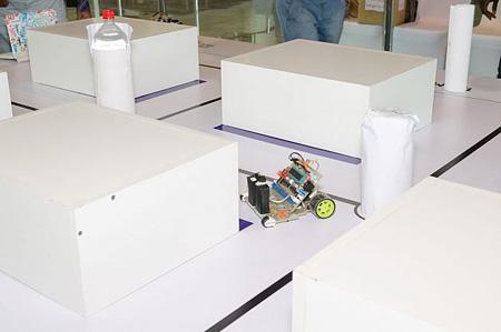 دو روبوت Alfa و Compressor که بدون برخورد با هیچ مانعی مسیر اصلی را پیدا کرده و آن را دنبال میکنند