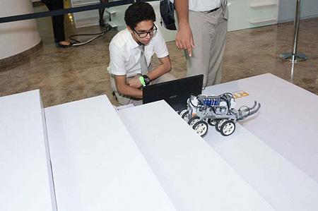 این روبوت به گونهای طراحی شده است که میتواند بدون دخالت انسان از پلهها بالا برود و پایین بیاید