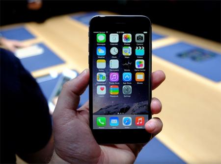 شکل ظاهری گوشی هوشمند آیفون 6 اپل شبیه دستگاه قابل حمل پخش موسیقی iPod Touch طراحی شده است و لبههای منحنی دارد
