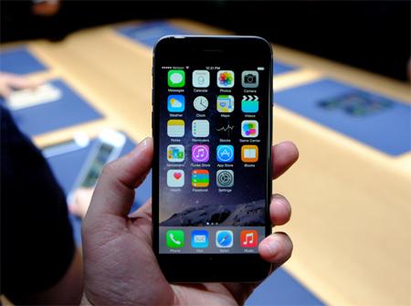 نمایشگر این گوشی هوشمند 4.7 اینچی از نوع LCD است که تصاویر در آن با کیفیت 750 در 1334 پیکسل پخش میشوند