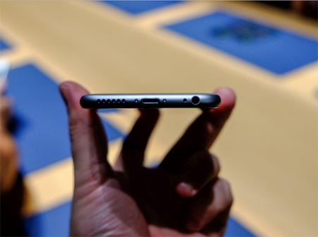 این گوشی هوشمند در قسمت انتهایی شامل ورودی استاندارد هدفون، ورودی شارژر و اسپیکر میشود