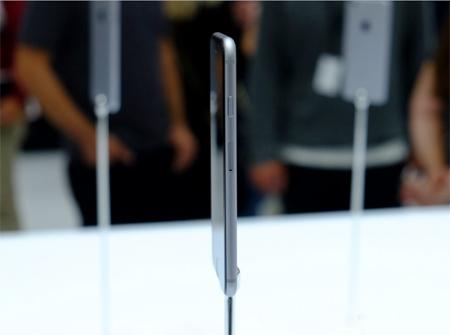 برای سمت راست بدنه گوشی محل ورود نانوسیمکارت و کلید خاموش/روشن کردن گوشی در نظر گرفته شده است