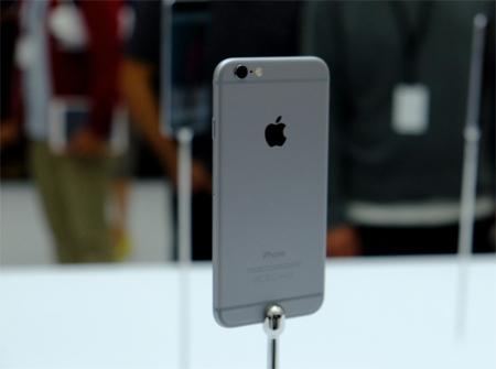 در بخش پشت گوشی در قسمت بالا دوربین دیجیتالی 8 مگاپیکسلی iSight با فلش دوگانه تعبیه شدهاند