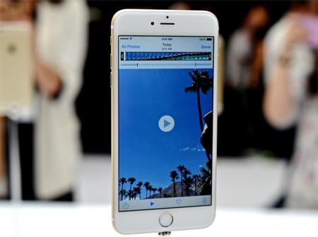 نمایشگر این گوشی هوشمند بزرگ 5.5 اینچی از نوع IPS LCD است که تصاویر را با کیفیت 1920 در 1080 پیکسل پخش میکند