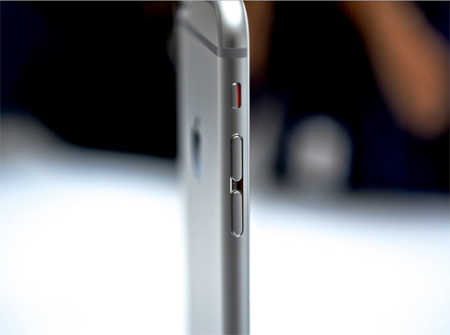 سمت چپ بدنه گوشی مانند مدلهای قبلی کلید کم و زیاد کردن صدا و کلید سختافزاری مخصوص قفل نمایشگر را شامل میشود
