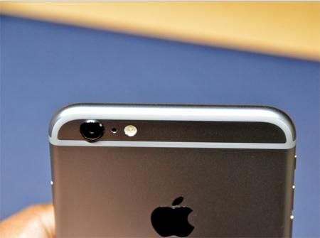 طراحی این گوشی هوشمند بزرگ به شکل iPod Touch است و بنابراین لبههای منحنی دارد
