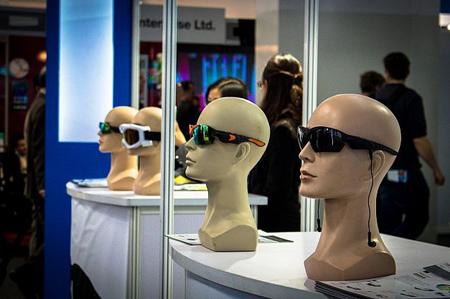 یک شرکت نوپا در حال نمایش نسل جدید عینکهای آفتابی مجهز به دوبین دیجیتالی و هدفون
