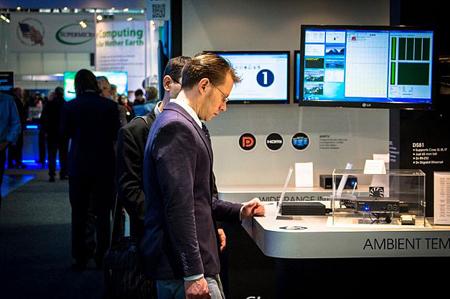 بازدیدکنندهای که محصولات به نمایش گذاشته شده در نمایشگاه CeBIT 2015 را مشاهده میکند