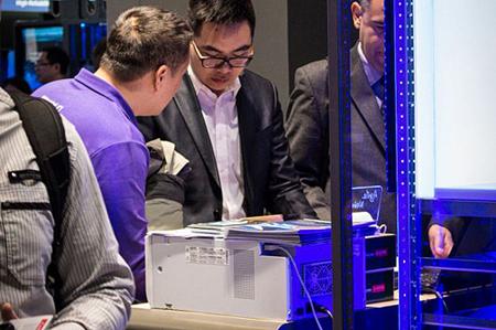 یکی از کاربران محصول جدیدی که هوواوی در نمایشگاه امسال عرضه کرده است را مشاهده میکند