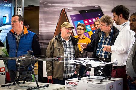 بازدیدکنندگان در حال بررسی نسل جدید پهپادهای هوشمندی که در این نمایشگاه عرضه شده است