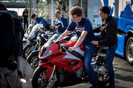 بازدیدکنندگان موتورسیکلت جدید BMW Motorrad مجهز به محصولات سامسونگ را آزمایش میکنند