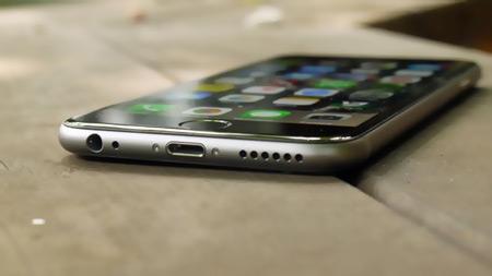 2- iPhone-6 - سیستم عامل: iOS 8 - سایز صفحه نمایش: 4.7 اینچ- حافظه: 1 گیگابایت - قابلیت ساپورت 128 گیگابایت- دوربین: 8 MP - دوربین جلو: 1.2 MP