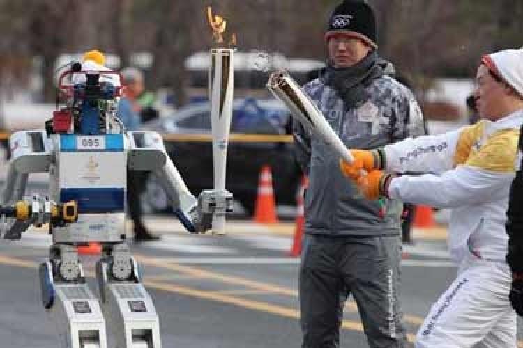 مشعل المپیک در دستان ربات ها!