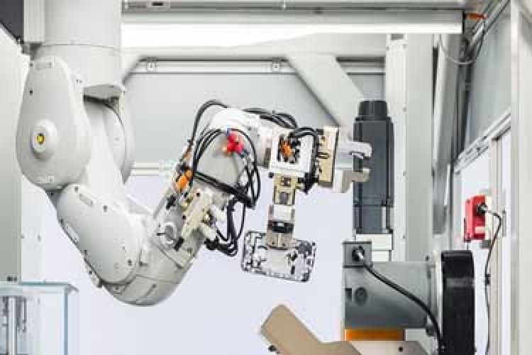 رباتی که آیفون را بازیافت میکند