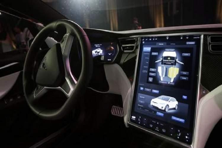 ایلان ماسک به رانندگان تسلا: خودروی Model 3 شما اکنون می تواند خودش را پارک کند
